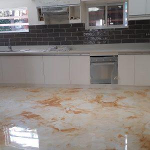 Paano mag apply ng Metallic epoxy resin sa concrete floor (white with gold highlights)